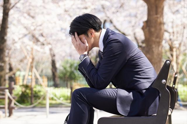 役員貸付金イメージ画像(悩むビジネスマン)